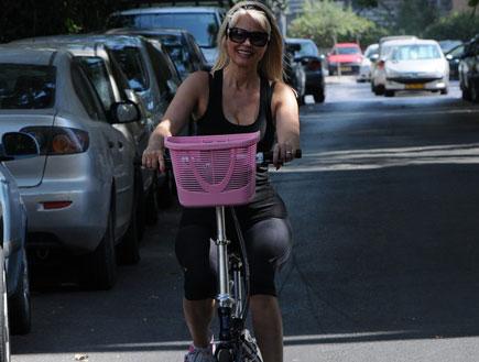 פנינה רוזנבלום רוכבת על אופניים