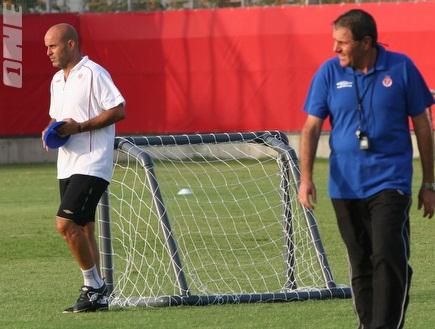 """גוטמן עם אבוקסיס באימון. המאמן: &""""צמצמו את הפערים&"""" (רועי גלדסטון) (צילום: מערכת ONE)"""