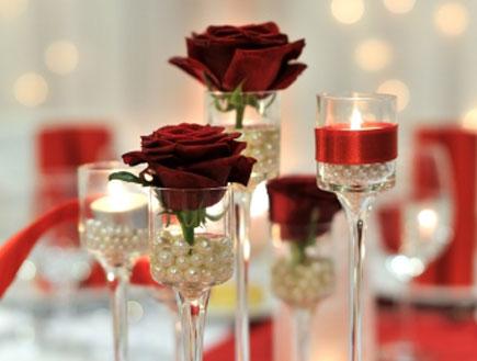 סידור פרחים אדום (צילום: istockphoto)