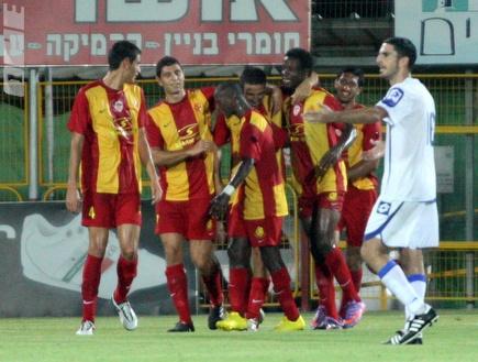 שחקני אשדוד חוגגים ניצחון שני (יניב גונן) (צילום: מערכת ONE)