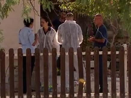 """צוותי מז""""פ מחוץ לדירה, היום באופקים (צילום: חדשות 2)"""