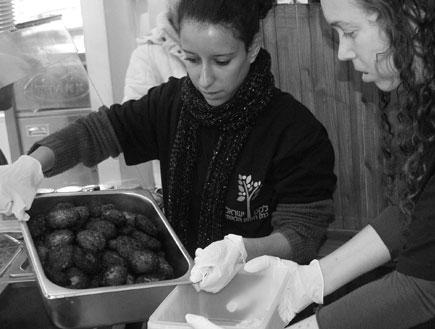 ארגון לקט: אוספים מזון מאולמות אירועים (צילום: mako)