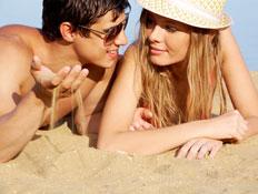 זוג מסתודד בחוף (צילום: istockphoto)