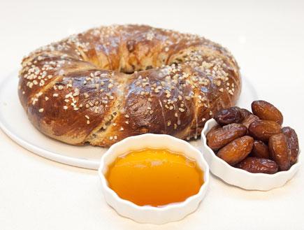 חלת תמרים אגוזים וקינמון (צילום:  יחסי ציבור )