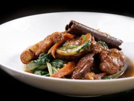 תבשיל שקדי עגל עם ירקות חורף (צילום:  יחסי ציבור )