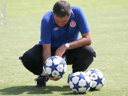 גוטמן בוחן את כדורי ליגת האלופות (רועי גלדסטון) (צילום: מערכת ONE)
