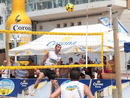 אמיר זוהר מסאן אנד ניקה עולה לכדור בדרך לניצחון (צילום: מערכת ONE)