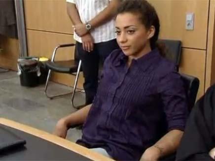 הזמרת המדביקה (צילום: BBC)