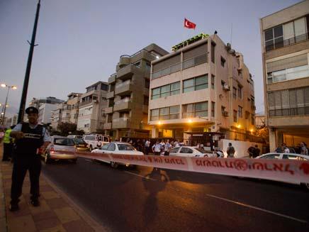 """מתחם השגרירות, הערב בת""""א (צילום: AP)"""