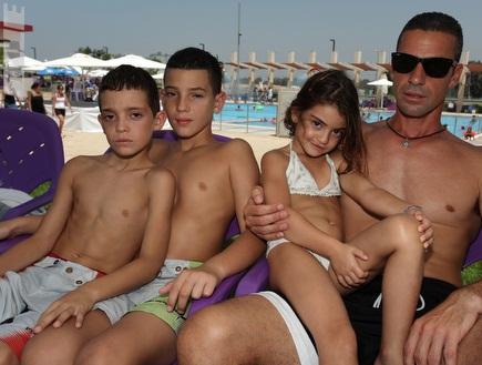 מאיר כהן ומשפחתו. עוד לא נרגע מאז (עמית מצפה) (צילום: מערכת ONE)