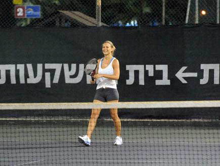 בר רפאלי משחקת טניס עם גיא גיאור (צילום: אלעד דיין)