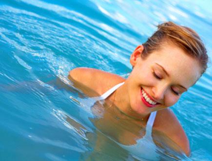 אישה במים עוצמת עיניים (צילום: istockphoto)