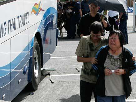 הונג קונג בוכה על מות התיירים בפיליפינים (צילום: AP)