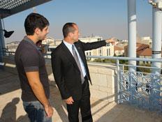 עידן עמדי וראש עיריית ירושלים (צילום: דוברות עיריית ירושלים)