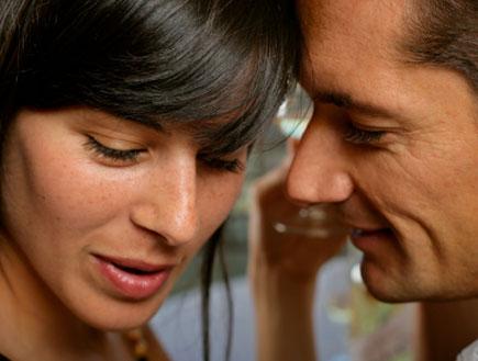 גבר מבוגר לוחש באוזן של בחורה צעירה (צילום: caracterdesign, Istock)