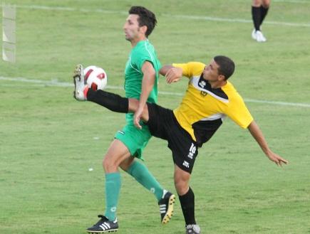 אריק בנאדו נאבק עם פיראס מוגרבי (עמית מצפה) (צילום: מערכת ONE)