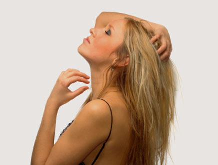 בחורה משחקת בשיער (צילום: Meison, GettyImages IL)
