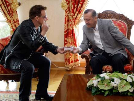 בונו במפגש אישי עם ארדואן (צילום: רויטרס)
