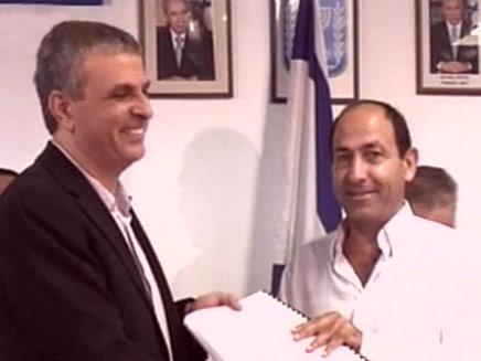 רמי לוי ומשה חכלון שר התקשורת בהענקת זיכיון סלולרי (צילום: חדשות 2)