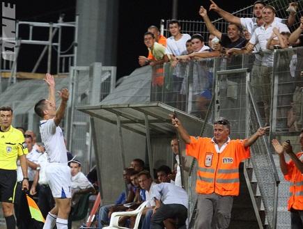 אלרואי כהן חוגג עם הקהל את הניצחון (דרור עינב) (צילום: מערכת ONE)