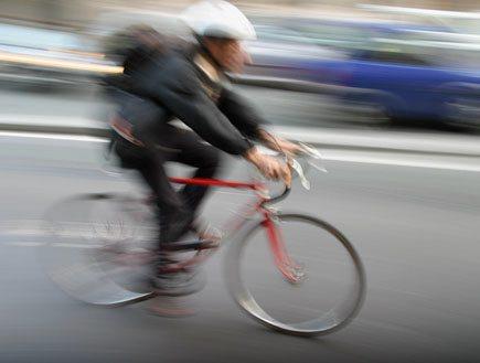 רוכב אופניים (צילום: נעם וינד)
