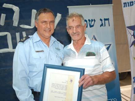 יוחנן מיינרט מקבל אות הוקרה (צילום: משטרת ישראל)