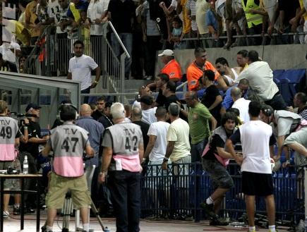עבאס סואן מתעמת עם אוהדי מכבי תל אביב (שי לוי) (צילום: מערכת ONE)