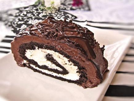 רולדת שוקולד עם קרם שוקולד לבן - פרוסה (צילום: דליה מאיר, קסמים מתוקים)