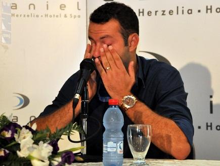 """שמעון גרשון בוכה ומודיע: """"אני פורש"""" (גיא איזנר) (צילום: מערכת ONE)"""