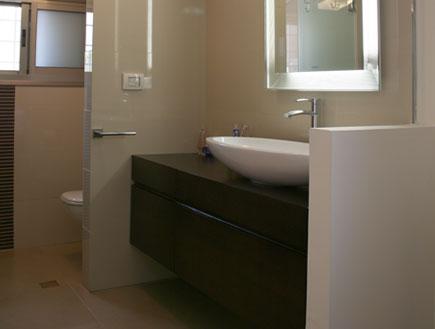חדר אמבטיה הורים אחרי (צילום: אושרה לב)