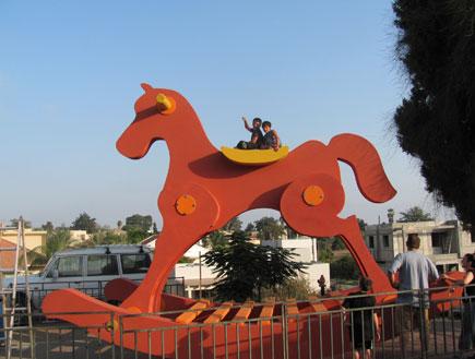 סוס הנדנדה הגדול בעולם (צילום: לורנס שיף)