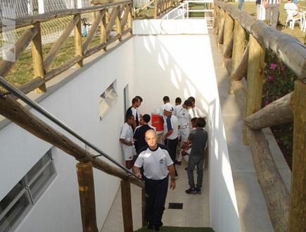 הדרך לחדרי ההלבשה באצטדיון. עץ מלא (צילום: מערכת ONE)
