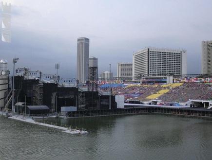 המגרש במארינה ביי מתכונן לטקס הפתיחה של המשחקים האולימפיים לנוער ( (צילום: מערכת ONE)