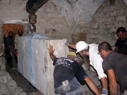 התקנת המצבה החדשה בקבר יוסף (צילום: מועצה אזורית שומרון)