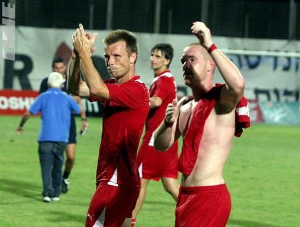טופוזאקוב ודיאמנט מאושרים לאחר הניצחון (משה חרמון) (צילום: מערכת ONE)