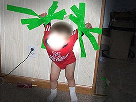 הילד דבוק לקיר. תמונות קשות (צילום: the Sun)