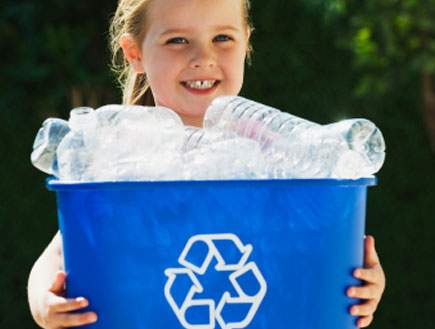 littel girl recycling bin (צילום: dgrilla, Istock)
