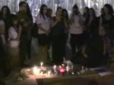 עשרות מעריצים, בהם חיילים, הגיעו הערב לכיכר (צילום: חדשות 2)