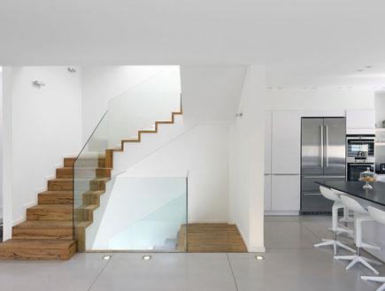 מבט למטבח ומדרגות אחרי שיפוץ - לימור רובוביץ' אפרת