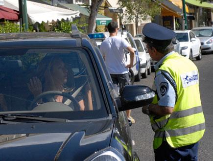 שירה מנור עם שוטר תנועה (צילום: אלעד דיין)