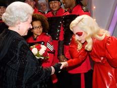 לידי גאגא והמלכה אליזבת נחשו מי יותר חזקה ? ' (צילום: רויטרס)