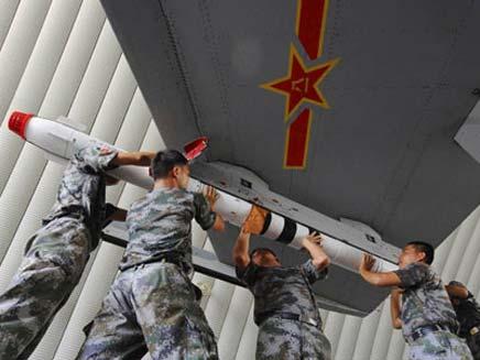 חיילים סיניים מטעינים מטוס קרב. ארכיון (צילום: AP)