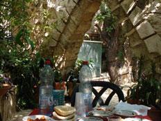 שולחן בחצר צימר אום אל פאחם ואדי ערה (צילום: משפחת יחיאלי)