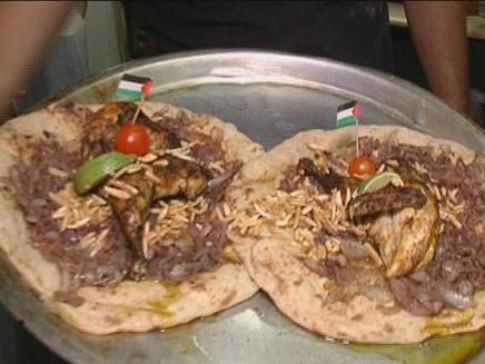 טועמים את האוכל הפלסטיני (צילום: חדשות 2)