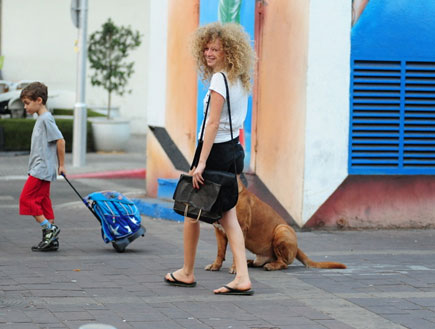 יוליה פולוטקין מטיילת עם הכלב (צילום: אלעד דיין)