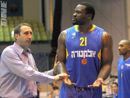 בלאט עם שחורציאניטיס, המאמן מפרגן (יניב גונן)