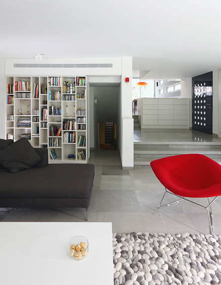 מבט מהסלון לספרייה אחרי שיפוץ  אמיצי אדריכלים (צילום: עוזי פורת)