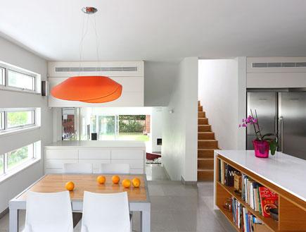 מבט למדרגות ופינת האוכל אחרי שיפוץ אמיצי אדריכלים (צילום: עוזי פורת)