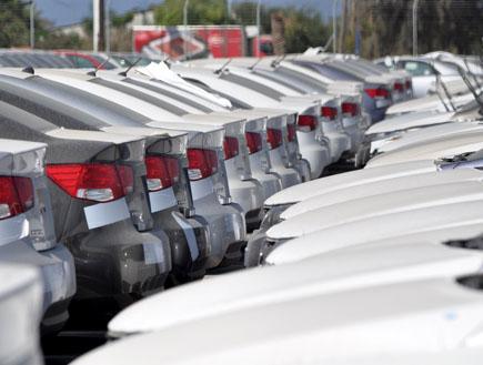 מכוניות חדשות במגרש (צילום: נעם וינד)