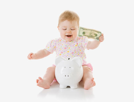 תינוק מחזיק כסף